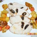 Lomo de cerdo relleno de dátiles con verduras y salsa de jengibre