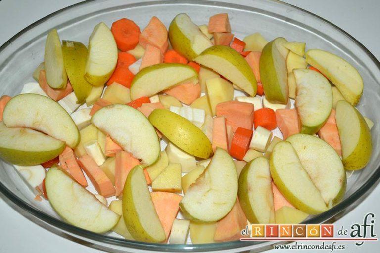 Lomo de cerdo relleno de dátiles con verduras y salsa de jengibre, pelar y trocear las verduras y disponerlas en una fuente de horno