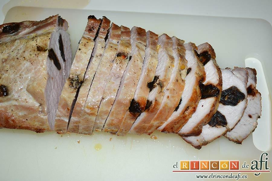 Lomo de cerdo relleno de dátiles con verduras y salsa de jengibre, sacar rodajas del lomo