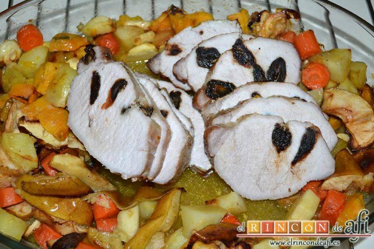 Lomo de cerdo relleno de dátiles con verduras y salsa de jengibre, servir con las verduras horneadas y la salsa