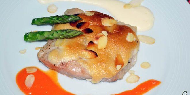 Lomos de merluza glaseados con mayonesa y espárragos trigueros