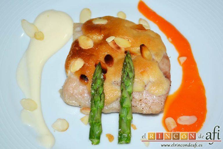 Lomos de merluza glaseados con mayonesa y espárragos trigueros, sugerencia de presentación
