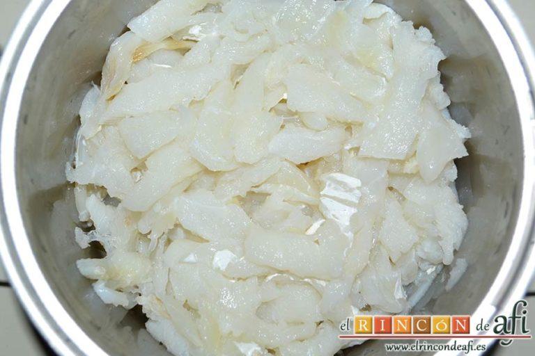 Pimientos de piquillo rellenos de brandada de bacalao casera, escurrir el bacalao y desmigajarlo