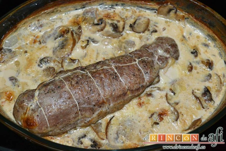 Solomillo de cerdo relleno en salsa de setas, hornear