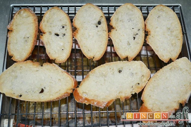 Sopa de cebolla gratinada, cortar 8 rebanadas de pan del día anterior y tostarlas
