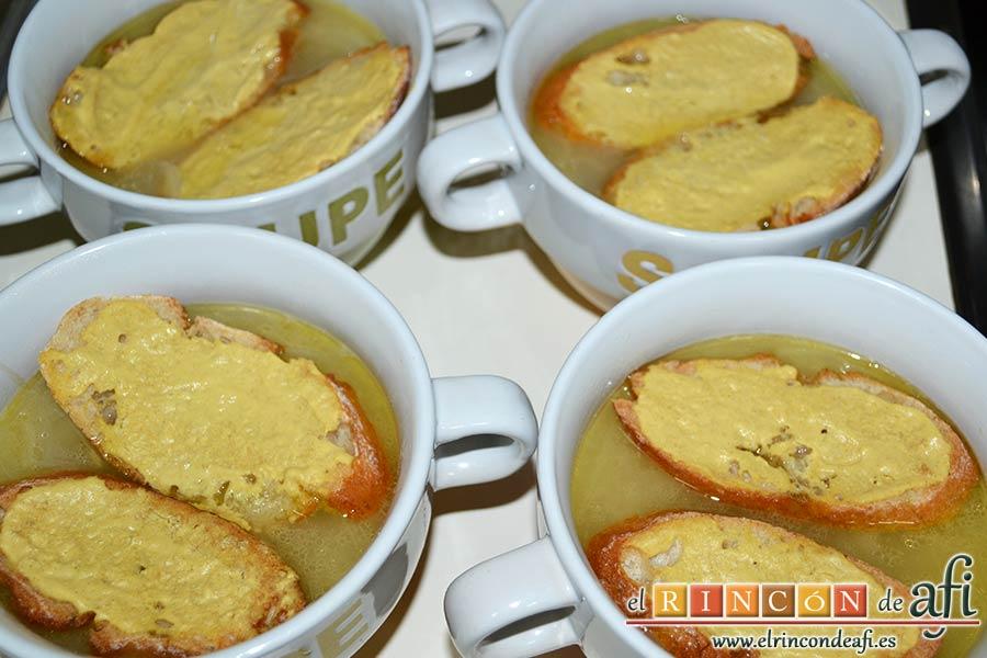 Sopa de cebolla gratinada, colocar dos rebanadas en cada cuenco