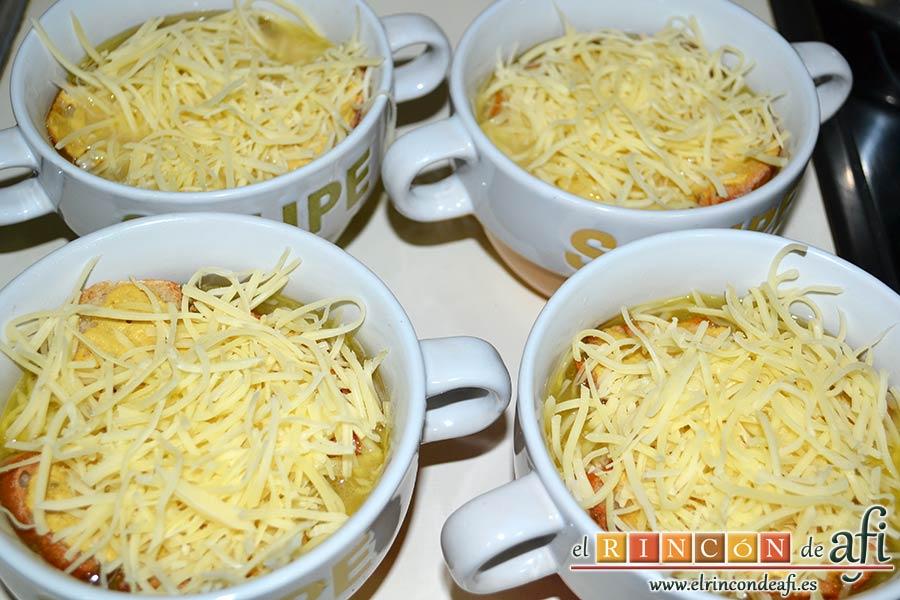 Sopa de cebolla gratinada, poner abundante queso rallado sobre las rebanadas de pan y poner a gratinar