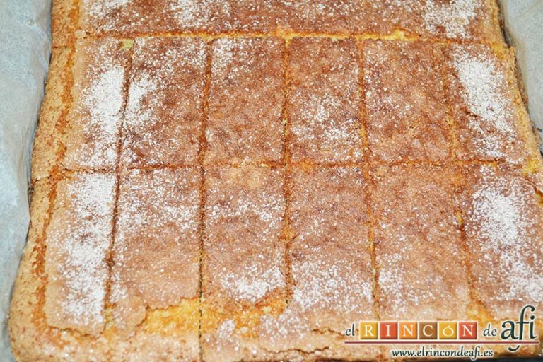 Coca de llanda, dejar enfriar y cortar en porciones rectangulares