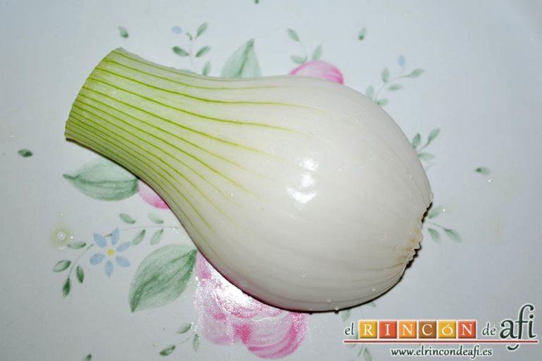 Crema fría de pepino y yogur griego, limpiar la cebolleta y retirarle la parte verde