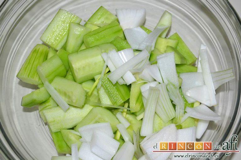 Crema fría de pepino y yogur griego, trocearla y poner ambos ingredientes en un bol