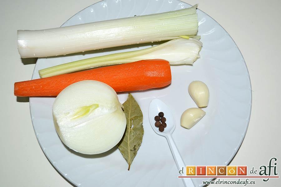 Crema noruega con salmón marinado y chantillí de lima, pelar los dientes de ajo, la zanahoria y el puerro, media cebolla y la ramita de apio, y preparar seis granos de pimienta de Jamaica y la hoja de laurel