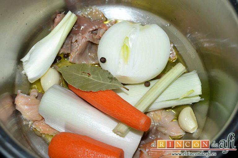 Crema noruega con salmón marinado y chantillí de lima, agregamos la zanahoria, el puerro, el apio, la media cebolla, la hoja de laurel y los granos de pimienta