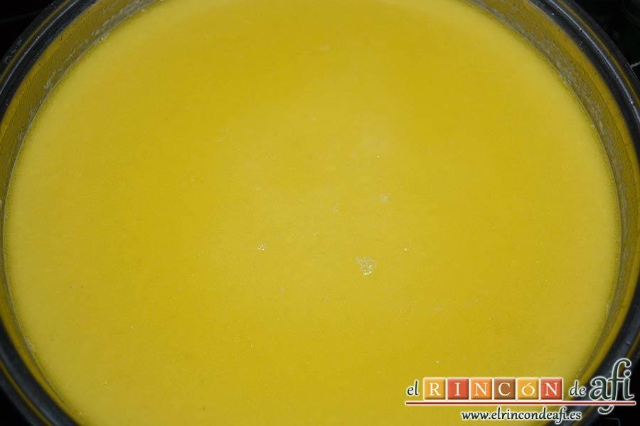 Crema noruega con salmón marinado y chantillí de lima, retirar del fuego y triturar