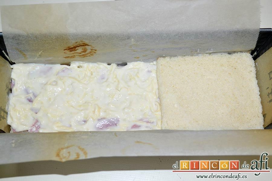 Croque cake de jamón y queso, extender encima una capa de la mezcla de bechamel y queso