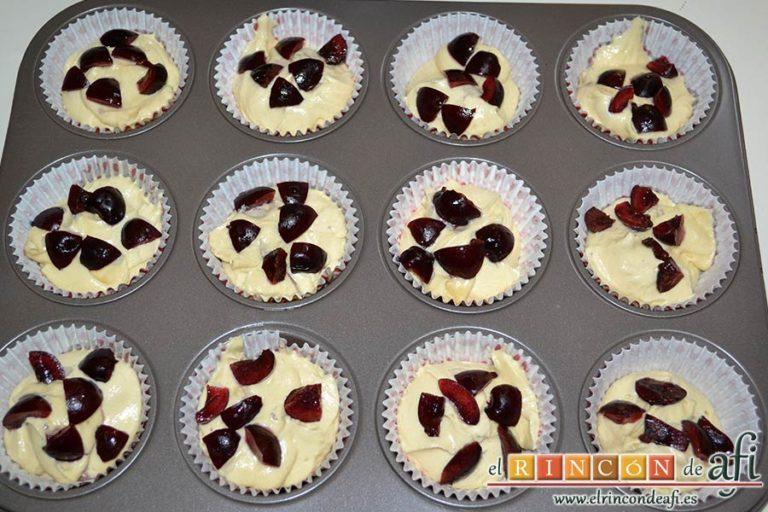 Cupcakes de cerezas al Kirsch, quitarles los rabitos y las pipas, trocearlas y ponerlas sobre la masa de las magdalenas