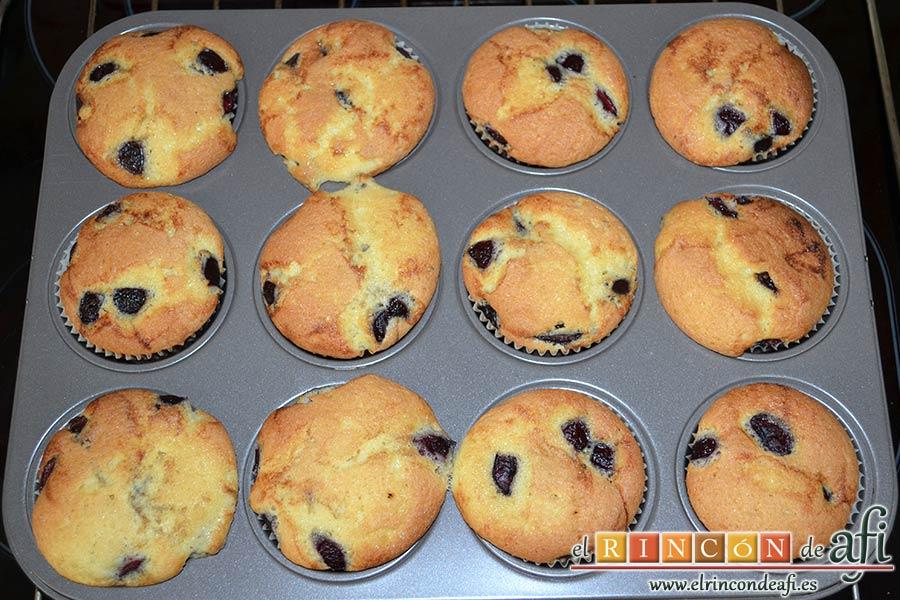 Cupcakes de cerezas al Kirsch, sacar las magdalenas del horno