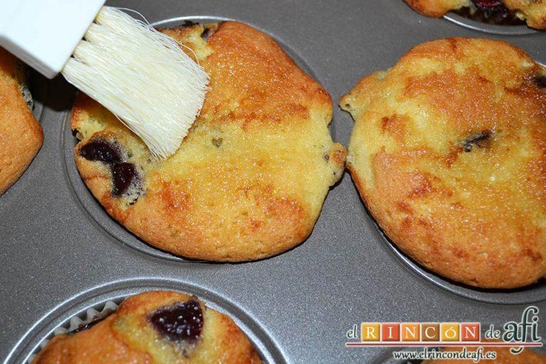 Cupcakes de cerezas al Kirsch, pincharlas con un palillo de cocina y pintarlas con el almíbar