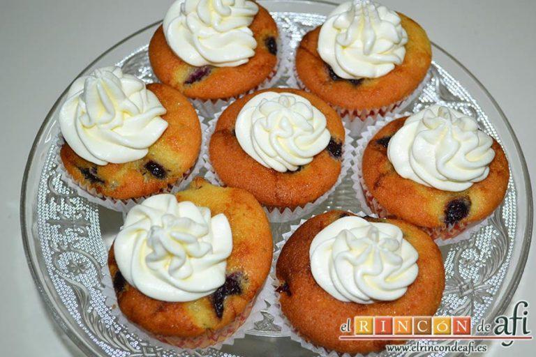 Cupcakes de cerezas al Kirsch, refrigerar un poco la crema y decorar los cupcakes con ella cuando se vayan a servir