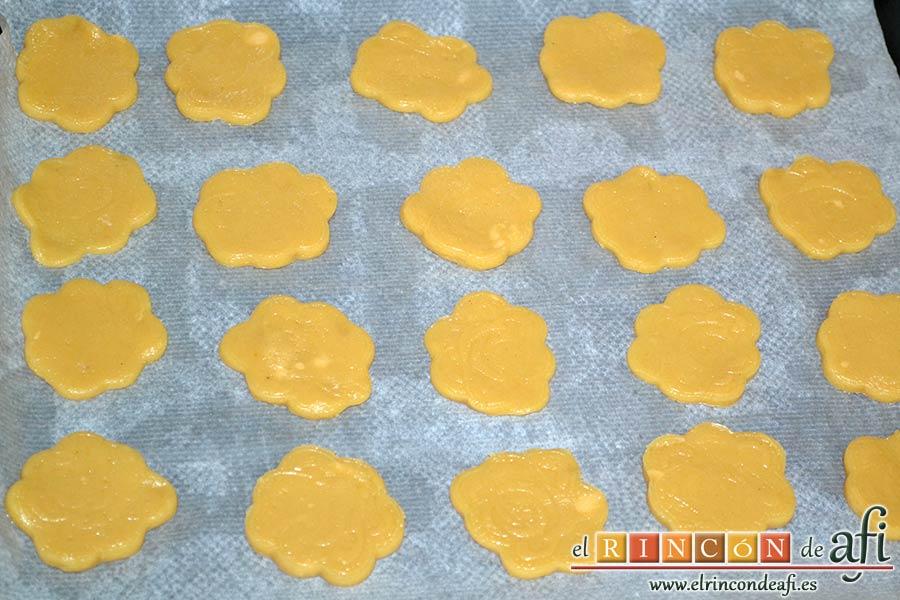 Galletas de turrón, ponerlas en una bandeja de horno sobre papel de hornear