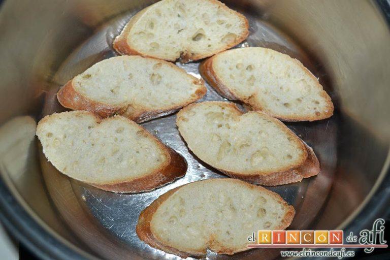 Sopa de ajo humilde, ponerlas a freír en un caldero con aceite