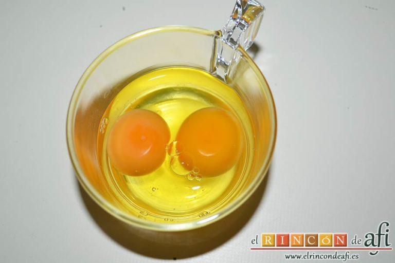Tarta de aceite de oliva y nectarinas, cascar dos huevos