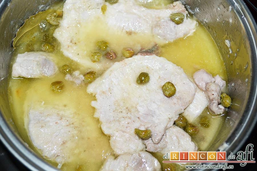 Chuletas de cerdo con alcaparras y anchoas, tapar el caldero y dejar cocer 30 minutos