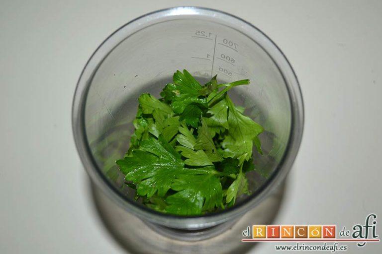 Chuletas de Sajonia con salsa de perejil, ponerlo en un vaso triturador