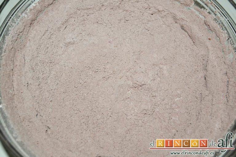 Coca de llanda de chocolate con galletas tipo Oreo, en otro bol mezclar el cacao en polvo, la harina de repostería y la levadura en polvo todos tamizados