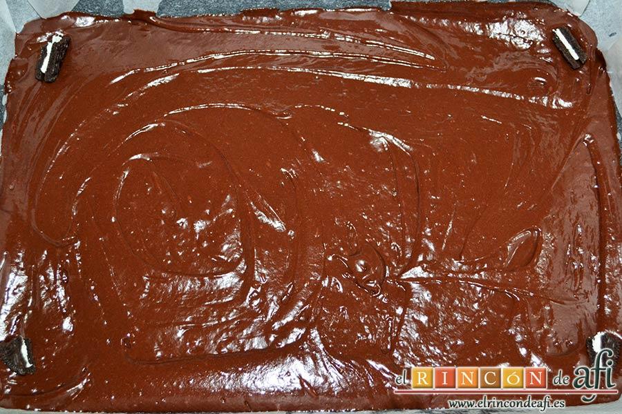 Coca de llanda de chocolate con galletas tipo Oreo, engrasar y forrar un molde rectangular y verter la mezcla