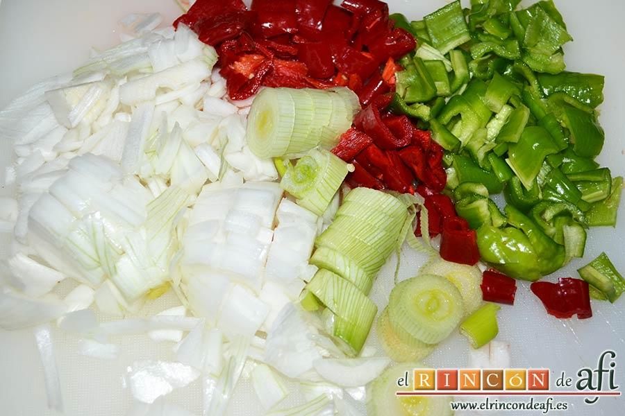 Guiso de costillas de cerdo adobadas con papas, trocear las verduras