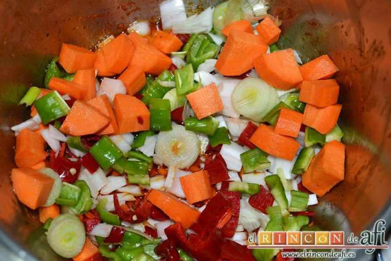 Guiso de costillas de cerdo adobadas con papas, meter las verduras en la misma olla donde se doraron las costillas