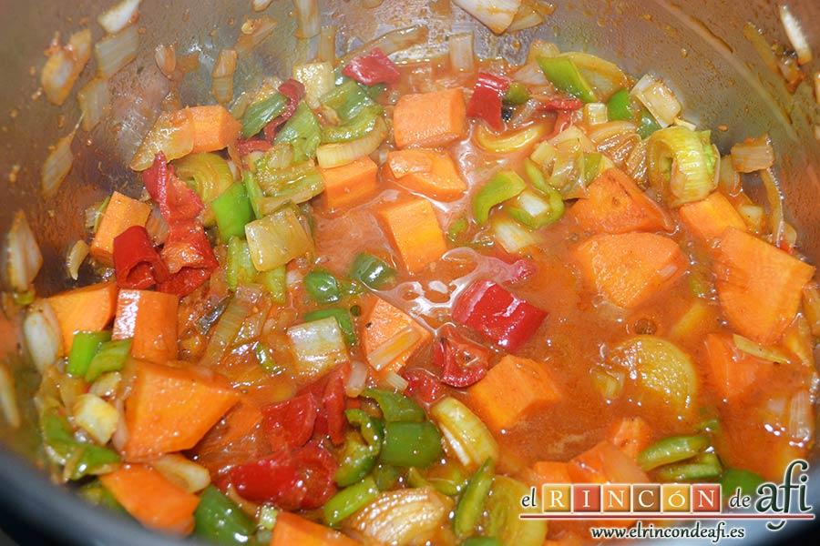 Guiso de costillas de cerdo adobadas con papas, añadir el vino a las verduras cuando estén rehogadas