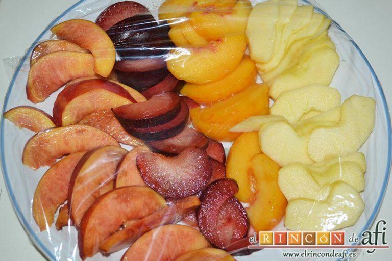 Hojaldre con crema pastelera y fruta variada, cortar la fruta en gajos, pintarla con el zumo de limón y protegerla con film transparente