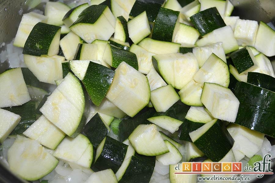 Lasaña de espinacas, jamón y calabacín, añadir los calabacines troceados