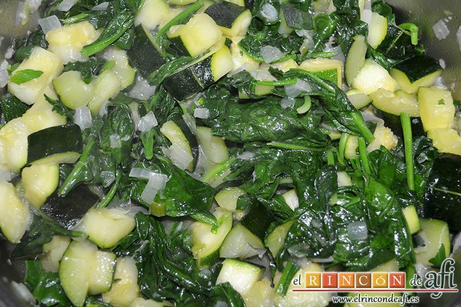 Lasaña de espinacas, jamón y calabacín, sazonar, mezclar bien y dejar pochar