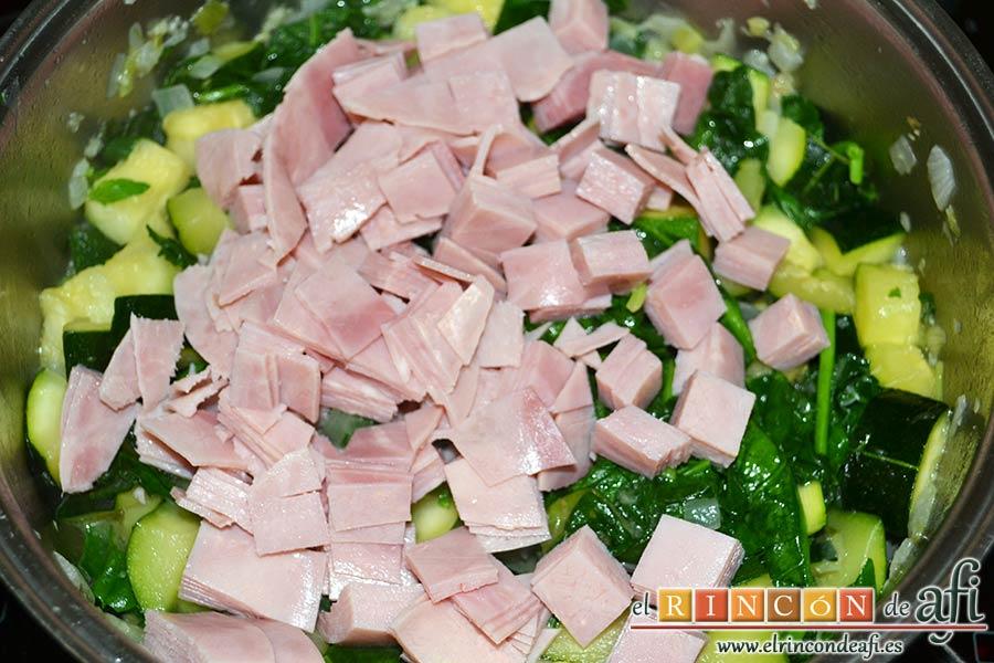 Lasaña de espinacas, jamón y calabacín, agregarlo al caldero de las verduras