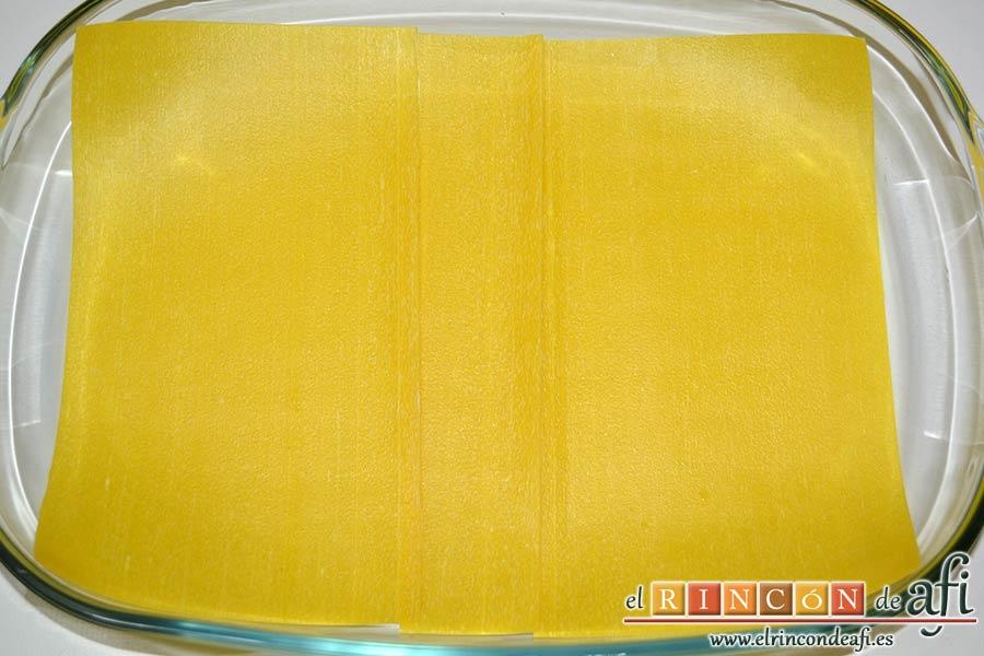 Lasaña de espinacas, jamón y calabacín, cubrir la base de la fuente con láminas de lasaña precocida