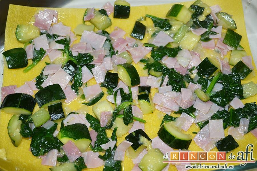 Lasaña de espinacas, jamón y calabacín, poner encima una capa de la fritura