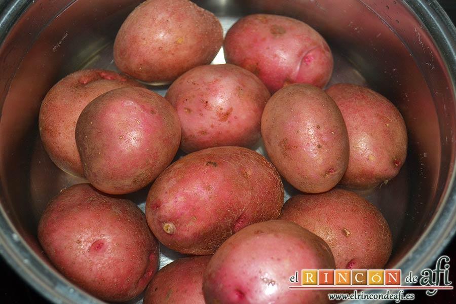 Papas rojas asadas con panceta, sancocharlas con agua y sal gorda
