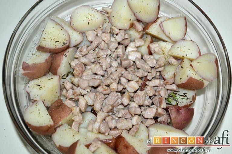 Papas rojas asadas con panceta, volcarla al bol y mezclar con las papas y el romero