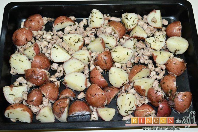Papas rojas asadas con panceta, hornear unos 30 minutos hasta que todo quede crujiente