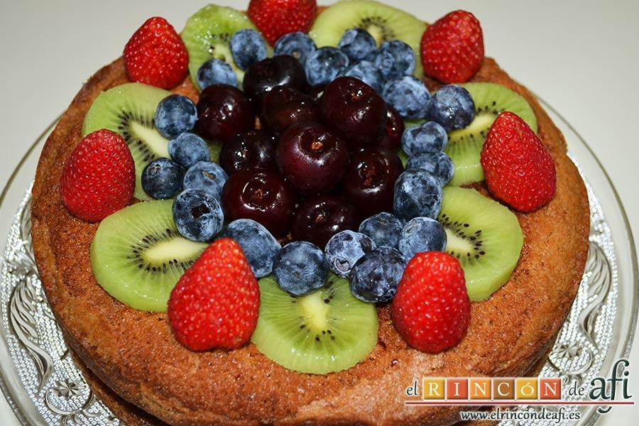 Pastel alemán con frutos rojos y kiwi, decorar con fruta al gusto