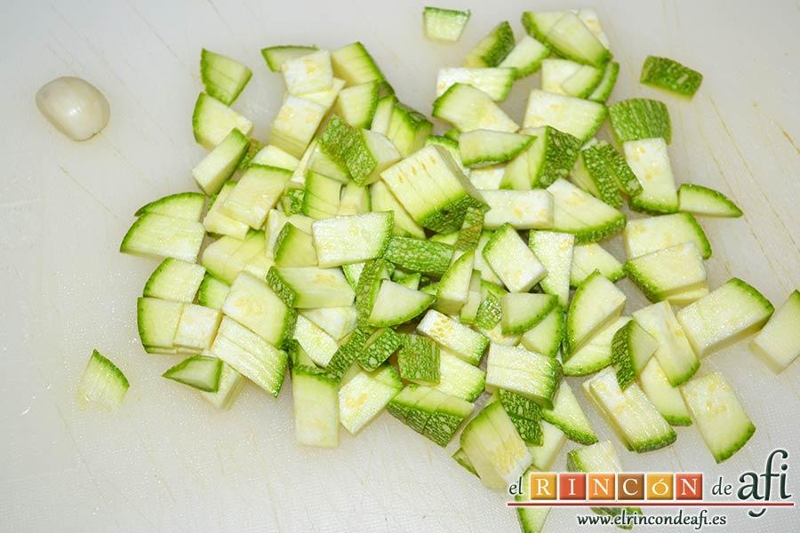 Risotto con langostinos y calabacines, trocear el calabación y pelar el ajo