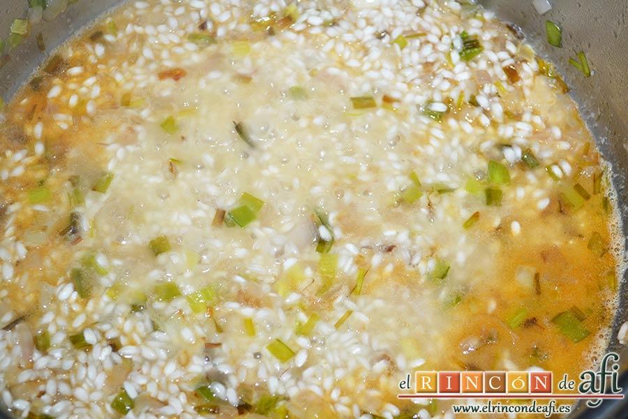 Risotto con langostinos y calabacines, cuando el arroz esté caliente añadir el vino