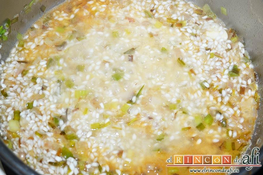 Risotto con langostinos y calabacines, no dejar de remover e ir añadiendo cucharones de caldo a medida que el arroz lo pida