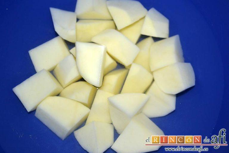 Sopa de espárragos blancos, pelar y trocear las papas