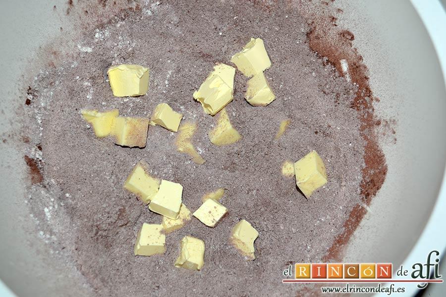 Tarta de chocolate negro y mousse de frambuesa, añadir la mantequilla muy fría cortada en cubitos