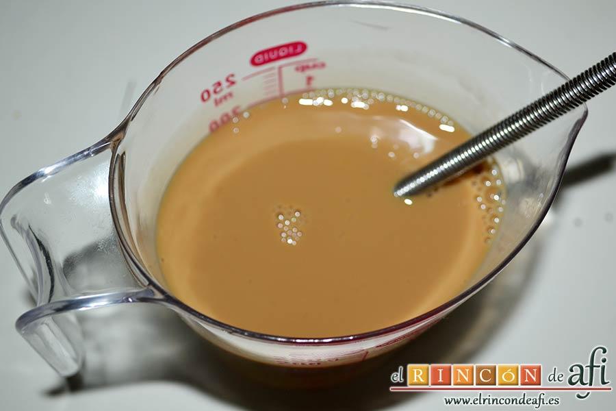 Tarta de chocolate negro y mousse de frambuesa, en un vaso dosificador mezclar el café caliente con la leche, el huevo y el extracto de vainilla con ayuda de un tenedor o unas varillas manuales