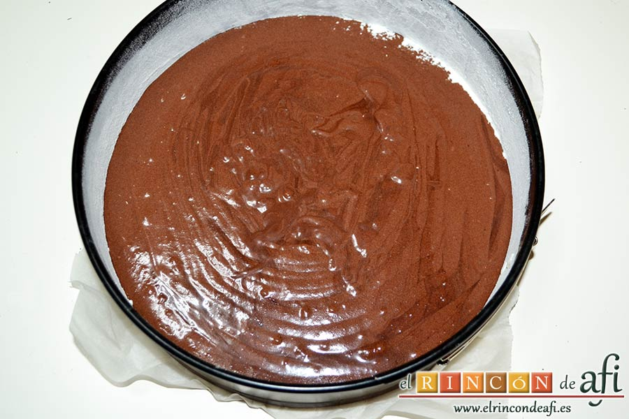 Tarta de chocolate negro y mousse de frambuesa, verter la mezcla del bizcocho en el molde