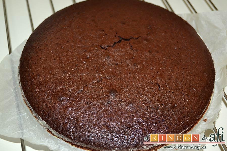 Tarta de chocolate negro y mousse de frambuesa, desmoldar y dejarlo sobre rejilla para enfriar sin retirar el papel de la base